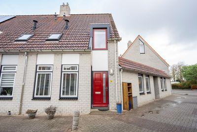 Pater Witteplein 10, Den Burg