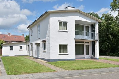 Burg. Hoenstraat 15, Born